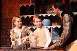 Jane a Michael se snaží pomáhat v kuchyni a vyrábějí polevu na dort