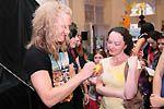 Také po večerním představení věnoval Miro svůj čas fanynkám a podepisování fotografií i hraček